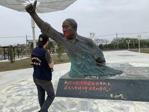 【中央社】黄昭堂主席の銅像に赤いペンキ 蒋介石像破壊への報復か